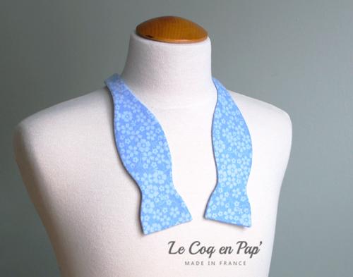 Noeud papillon bleu ciel fleurs livré noué Le Coq en Pap